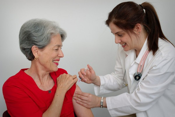 15813-a-senior-woman-receiving-a-vaccination-shot-from-her-doctor-pv-600x400