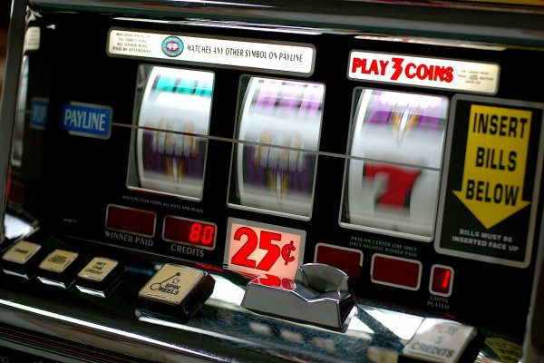 1280px-slot_machine-600x400